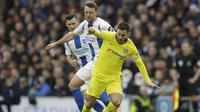 Gelandang Chelsea Eden Hazard berjibaku dengan penggawa Brighton & Hove Albion Dale Stephens pada laga Liga Inggris di American Express Community Stadium, Minggu (16/12/2018). (AP Photo/Matt Dunham)