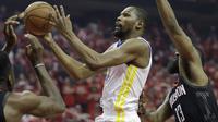 Aksi Kevin Durant saat Warriors bertemu Rockets di gim pertama final wilayah NBA (AP)
