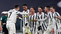 Penyerang Juventus, Cristiano Ronaldo (kiri) berselebrasi dengan rekan-rekannya usai mencetak gol ke gawang Cagliari pada pertandingan lanjutan Liga Serie A Italia di stadion Juventus di Turin (21/11/2020). Juventus menang atas Cagliari 2-0. (AFP/Miguel Medina)