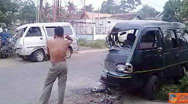 Citizen6, OKU Selatan: Kecelakaan di Kecamatan Simpang Ogan Kemering Ulu atau OKU Selatan, Sumatera Selatan, mengakibatkan dua mobil rusak parah di bagian depan dan seorang meninggal dunia. (Pengirim: Lak Dian)