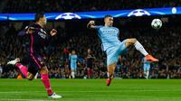 Bek City, Aleksandar Kolarov berusaha menghalau bola dari kejaran penyerang Barcelona, Luiz Suarez pada grup C Liga Champions di stadion Etihad, Manchester, (2/11). City menang atas Barcelona dengan skor 3-1. (Reuters/Jason Cairnduff)