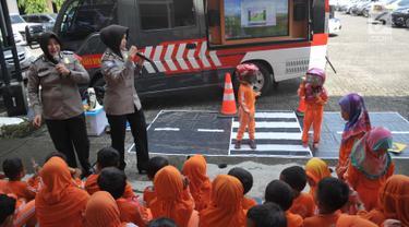 Polisi wanita (polwan) mengajarkan tertib lalu-lintas kepada anak-anak TK ABA Uswatun Hasanah Tembalang saat kunjungan ke Polrestabes Semarang, Selasa (9/4). Acara ini wujud nyata kepedulian Polri kepada masyarakat khususnya anak-anak. (Liputan6.com/Gholib)