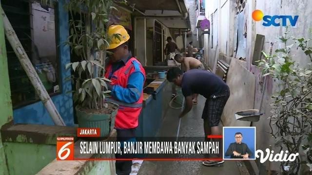 Banjir di sebagian wilayah ibu kota sudah mulai surut. Warga kini tengah sibuk bersih-bersih lumpur sisa banjir dari dalam rumah.