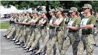 Tentara perempuan di Ukraina sedang berlatih untuk parade merayakan kemerdekaan bulan depan.(AFP/Ukrainian Defence Ministry)