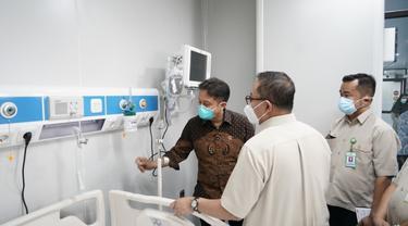Menkes Budi Gunadi Sadikin bersama Direktur Pelayanan Kesehatan Kemenkes meninjau persiapan beberapa RS di Jakarta dalam penanganan COVID-19. (Foto: Kemenkes)