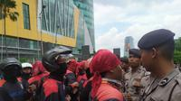 Aksi demo dari berbagai elemen serikat pekerja sudah tampak di seberang jalan Bunderan Waru Sidoarjo, Jawa Timur. (Foto: Liputan6.com/Dian Kurniawan)