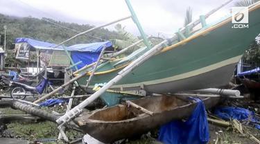 Desa-desa di daerah Lampung Selatan porak poranda setelah diterjang tsunami hari Sabtu (22/12) malam.