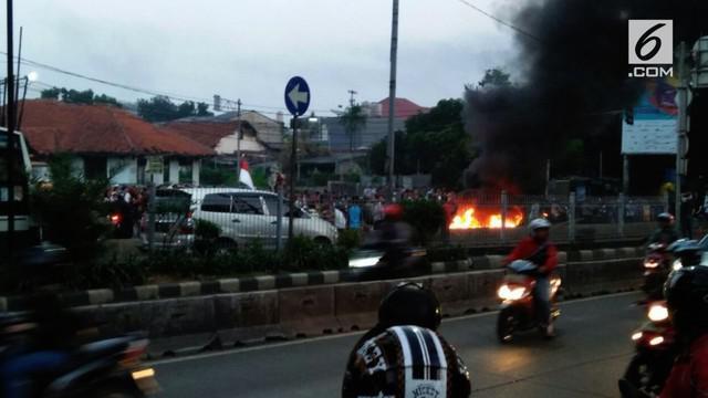 Pagi ini terjadi aksi pembakaran/demo Massa didepan perumahan Kodam Tn Kusir. Aksi warga kodam menolak adanya eksekusi pengosongan rumah tinggal oleh pihak TNI/Kodam Jaya.