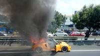 Mobil sport terbakar di ruas tol Slipi. (TMCPoldaMetro)