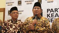 Ketua Umum Partai Gerindra, Prabowo Subianto dan Presiden PKS Sohibul  memberikan keterangan pers terkait cawapres berdasarkan hasil Ijtimak Ulama dan koalisi di kantor DPP PKS, Jakarta, Senin (30/07). (Liputan6.com/Herman Zakharia)