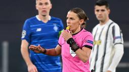 Wasit Prancis, Stephanie Frappart meniup peluit selama pertandingan Grup G Liga Champions antara Juventus vs Dynamo Kiev di Allianz Stadium, Kamis (3/12/2020) dinihari WIB. Frappart menjadi wasit perempuan pertama yang memimpin pertandingan Liga Champions men's team. (Vincenzo PINTO/AFP)
