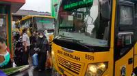 Evakuasi 72 warga di Puskesmas Ciracas untuk dibawa ke RS Darurat Wisma Atlet, Kemayoran. (Istiewa)