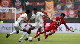 Gelandang Persija Jakarta, Sandi Sute, terjatuh saat melawan PSS Sleman pada laga Liga 1 2019 di Stadion Patrioti, Rabu (3/7). (Bola.com/Yoppy Renato)