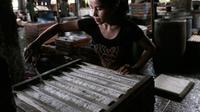 Pekerja memotong tahu yang baru dicetak, di sebuah industri tahu rumahan di pinggiran Jakarta, Rabu (10/7/2019). Karena populernya, tahu menjadi bagian tak terpisahkan yang ditemui di tempat makan berbagai tingkat sosial di Indonesia, bersama-sama dengan tempe. (AP Photo/Tatan Syuflana)