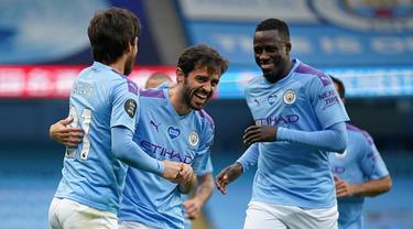 Pemain Manchester City merayakan gol yang dicetak David Silva ke gawang Bournemouth pada laga lanjutan Premier League pekan ke-36 di Etihad Stadium, Kamis (16/7/2020) dini hari WIB. Manchester City menang 2-1 atas Bournemouth. (AFP/Dave Thompson/pool)