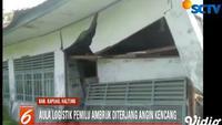 Gedung tempat penyimpanan logistik pemilu di PPK Kecamatan Mentangai, Kabupaten Kapuas, Kalimantan Tengah, ambruk akibat angin kencang.