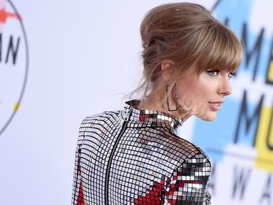 Penyanyi Taylor Swift menghadiri ajang American Music Awards 2018 di Microsoft Theater, Los Angeles, Selasa (9/10). Kehadiran Taylor Swift di American Music Awards kali ini menjadi yang pertama sejak 2014 lalu. (Jordan Strauss/Invision/AP)