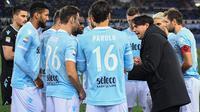 Pelatih Lazio, Simone Inzaghi memberikan arahan kepada timnya saat melawan Hellas Verona pada lanjutan Serie A di di Olympic stadium, Roma, (19/2/2018). Lazio menang 2-0. (Alessandro Di Meo/ANSA via AP)