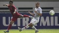 Gelandang Timnas Indonesia, Andik Vermansah, melepaskan umpan saat melawan Hongkong pada laga persahabatan di Stadion Wibawa Mukti, Jakarta, Selasa (16/10). Kedua negara bermain imbang 1-1. (Bola.com/Vitalis Yogi Trisna)