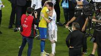 Penyerang Argentina, Lionel Messi memeluk pemain Brasil, Neymar pada pertandingan final Copa America 2021 di stadion Maracana di Rio de Janeiro, Brasil, Minggu (11/7/2021). Argentina menang 1-0.  (AP Photo/Silvia Izquierdo)