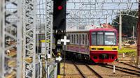 Kereta rel listrik (KRL) melintas di Stasiun Manggarai, Jakarta, Selasa (28/3). Perubahan rute tersebut direncanakan berlaku mulai 1 April besok. Perubahan ini untuk mengurai kepadatan yang sering terjadi di Stasiun Manggarai. (Liputan6.com/Faizal Fanani)
