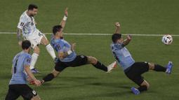 Timnas Argentina berhasil unggul lebih dulu. Umpan dari Giovani Lo Celso mampu dikonversikan Lionel Messi menjadi gol dengan tembakan keras ke gawang Uruguay yang dijaga Fernando Muslera. (AFP/Alejandro Pagni)