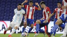 Penyerang Argentina, Lionel Messi, berusaha melewati pemain Paraguay pada laga kualifikasi Piala Dunia 2022 zona CONMEBOl di Stadion La Bombanera, Jumat (13/11/2020) pagi WIB. Argentina imbang 1-1 oleh Paraguay. (Juan Roncoroni, Pool via AP)