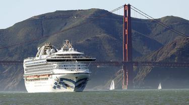 Kapal pesiar Grand Princess melewati Golden Gate Bridge ketika dalam perjalanan menuju San Fransisco dari Hawaii.