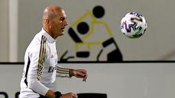 Pelatih Real Madrid, Zinedine Zidane  menjugling bola selama sesi pelatihan di King Abdullah Sport City di kota pelabuhan Arab Saudi, Jeddah (7/1/2020). Real Madrid akan bertanding melawan Valencia pada semifinal Piala Super Spanyol pada Kamis (9/1/2020) dini hari WIB. (AFP/Giuseppe Cacace)
