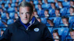 Leicester City melancarkan protesnya dengan menyiapkan topeng berwajah Jamie Vardy saat King Power Stadium menyambut Everton pada Boxing Day ini, Inggris, Senin (26/12). (REUTERS/ Carl Recine)
