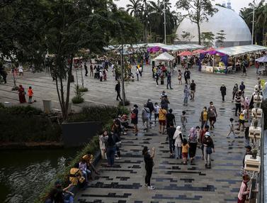 FOTO: Tak Boleh Mudik, Warga Jakarta Liburan Lebaran ke Mal