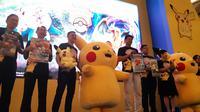 Direktur Eksekutif Salim Group Axton Salim bersama dengan Anggota Dewan Direksi The Pokemon Company Kenjiro Ito meluncurkan permainan Pokemon trading card di Jakarta, Kamis (8/8/2019). (Liputan6.com/ Agustin Setyo Wardani)