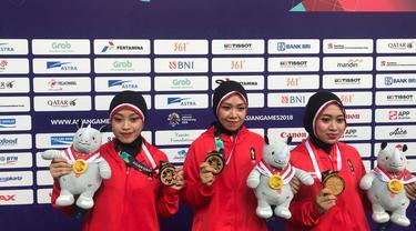 Tim silat putri Indonesia, Pramudita Yutistya, Lutfi Nurhasanan, dan Gina Tri Lestari yang merebut medali emas Asian Games 2018 di kelas seni cabor pencak silat