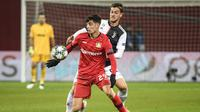 Gelandang Leverkusen, Kai Havertz, berebut bola dengan bek Juventus, Daniele Rugani, dalam laga Grup D Liga Champions di Leverkusen, Jerman pada 11 Desember 2019. Bayer Leverkusen kalah 0-2 atas Juventus. (AFP/Inas Fassbender)