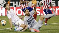 Kiper Atletico Madrid, Jan Oblak berusaha menghalau bola tendangan pemain Real Madrid, Marcos Llorente selama laga International Champions Cup 2019 di Arena Stadium Metlife, New Jersey (27/7/2019). Atletico menang telak 7-3 atas Real Madrid. (AP Photo/Frank Franklin II)