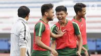 Pemain Timnas Indonesia U-22, Saddil Ramdani dan Firza Andika, becanda saat latihan di Stadion Rizal Memorial, Manila, Senin (25/11/2019). Latihan ini persiapan jelang laga SEA Games 2019 melawan Thailand. (Bola.com/M Iqbal Ichsan)