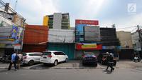 Pejalan kaki melintas di depan sejumlah pertokoan yang tutup di Jalan Sabang, Jakarta pada Rabu (22/5/2019). Pemilik toko dan pengelola kantor di kawasan tersebut menutup toko dan kantor mereka imbas aksi 22 Mei 2019 yang berakhir rusuh di beberapa titik lokasi. (Liputan6.com/Aangga Yuniar)