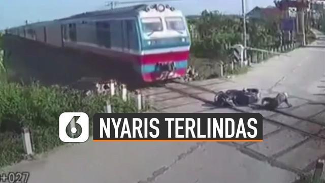 Beredar video cctv memperlihatkan detik-detik seorang pemotor hampir terlindas kereta api. Beruntungnya pemotor itu masih bisa menyelematkan diri.