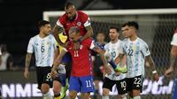Gelandang Chile, Eduardo Vargas berselebrasi usai mencetak gol ke gawang Argentina pada pertandingan Grup A Copa America 2021 di Stadion Nilton Santos, Brasil, Selasa (15/6/2021). Argentina bermain imbang atas Chile 1-1. (AP Photo/Ricardo Mazalan)