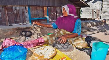 Perempuan Lamakera, Desa Motonwutun,Kecamatan Solor Timur,Kabupaten Flores Timur,NTT sedang membuat Jagung Titi. (Foto Istimewah)