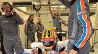 Rio Haryanto saat bersiap di dalam mobil MRT05 jelang balapan F1 GP Bahrain di Sirkuit Internasional Sakhir, Bahrain, Minggu (3/4/2016). (Bola.com/Twitter)