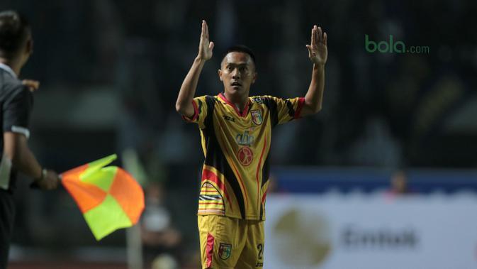 Pemain Mitra Kukar, Dedi Hartono saat melawan Persib Bandung pada laga Liga 1 Indonesia di GBLA, (8/4/2018).  (Bola.com/Nick Hanoatubun)