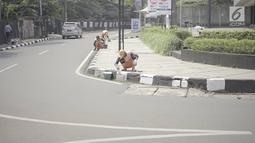 Petugas PPSU mengecat trotoar ruas jalan di kawasan Kemang, Jakarta, Minggu (12/5/2019). Rencana pembangunan fisik penataan ruang jalan atau pedestrian kawasan Kemang akan dimulai pada akhir Mei 2019 dengan tujuan menjadikan kawasan tersebut sebagai objek wisata. (Liputan6.com/Immanuel Antonius)