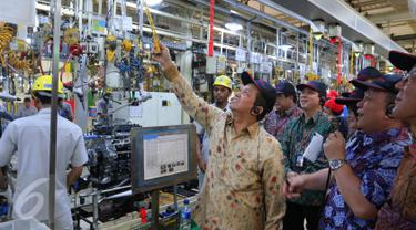 Ketua KEIN Soetrisno Bachir bersama para anggota KEIN melihat-lihat pabrik PT Toyota Motor Manufacturing Indonesia (TMMIN) Sunter I di Jakarta, Senin (9/5). Ini adalah kunjungan pertama KEIN ke industri skala besar di Indonesia (Liputan6.com/Angga Yuniar)