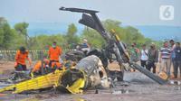 Petugas memeriksa helikopter MI-17 v 5 HA 5142 milik TNI Angkatan Darat (AD) yang terjatuh dan meledak di kawasan industri Kendal, Jawa Tengah, Sabtu (6/6/2020). Kepala Dinas Penerangan TNI AD Brigjen TNI Nefra Firdaus menyatakan, helikopter tersebut sedang melakukan latihan. (Liputan6.com/Gholib)