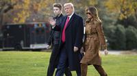 Mantan Presiden AS Donald Trump, Melania Trump, dan Barron Trump di 2019. Dok: AP/Evan Vucci