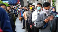 Antrean penumpang KRL Commuterline di Stasiun Bogor, Jawa Barat, Selasa (9/6/2020) pagi. Puluhan polisi, TNI, Satpol PP, dan petugas stasiun diterjunkan untuk memandu penumpang mengantisipasi antrean panjang seperti kemarin. (merdeka.com/Arie Basuki)
