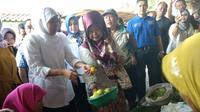Khofifah berkunjung ke Pasar Ngemplak, Tulungagung, Minggu 25 Februari 2018.(Liputan6.com/Zainul Arifin)