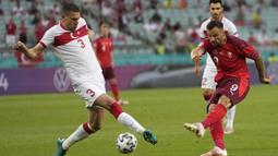 Swiss unggul cepat di menit ke-6 melalui striker Haris Seferovic yang melepaskan tembakan ke arah kanan bawah Turki usai menerima umpan dari Steven Zuber. Swiss unggul 1-0. (Foto: AP/Pool/Darko Vojinovic)