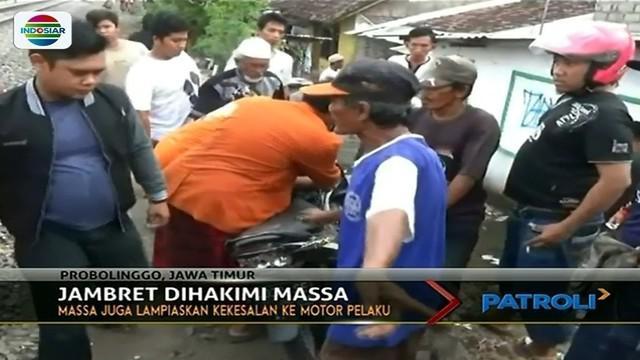 Terjebak di perlintasan kereta api, seorang jambret di Probolinggo, Jawa Timur, nyaris babak belur dihakimi massa.